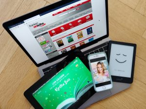 Laptop, Tablet, Smartphone und E-Book-Reader mit digitalen Angeboten
